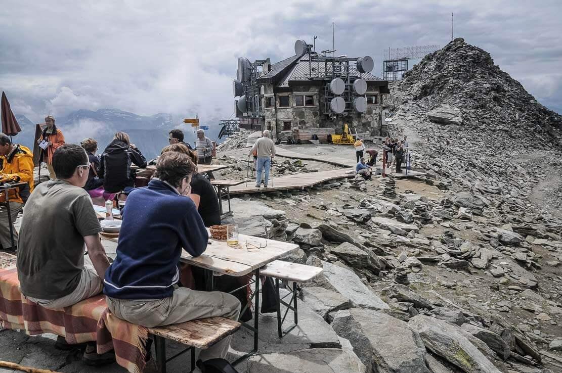 Randonnée en Suisse à la Horli-Hitta restaurant de montagne et glacier d'Aletsch