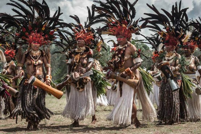 Papua New Guinea festivals: sing sing groups from Chimbu (Simbu) at Enga Cultural Show in Wabag