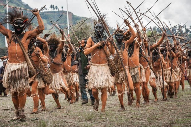 Papua New Guinea festivals: Hewa people with bows and arrows from Hela province at Enga Cultural Show in Wabag