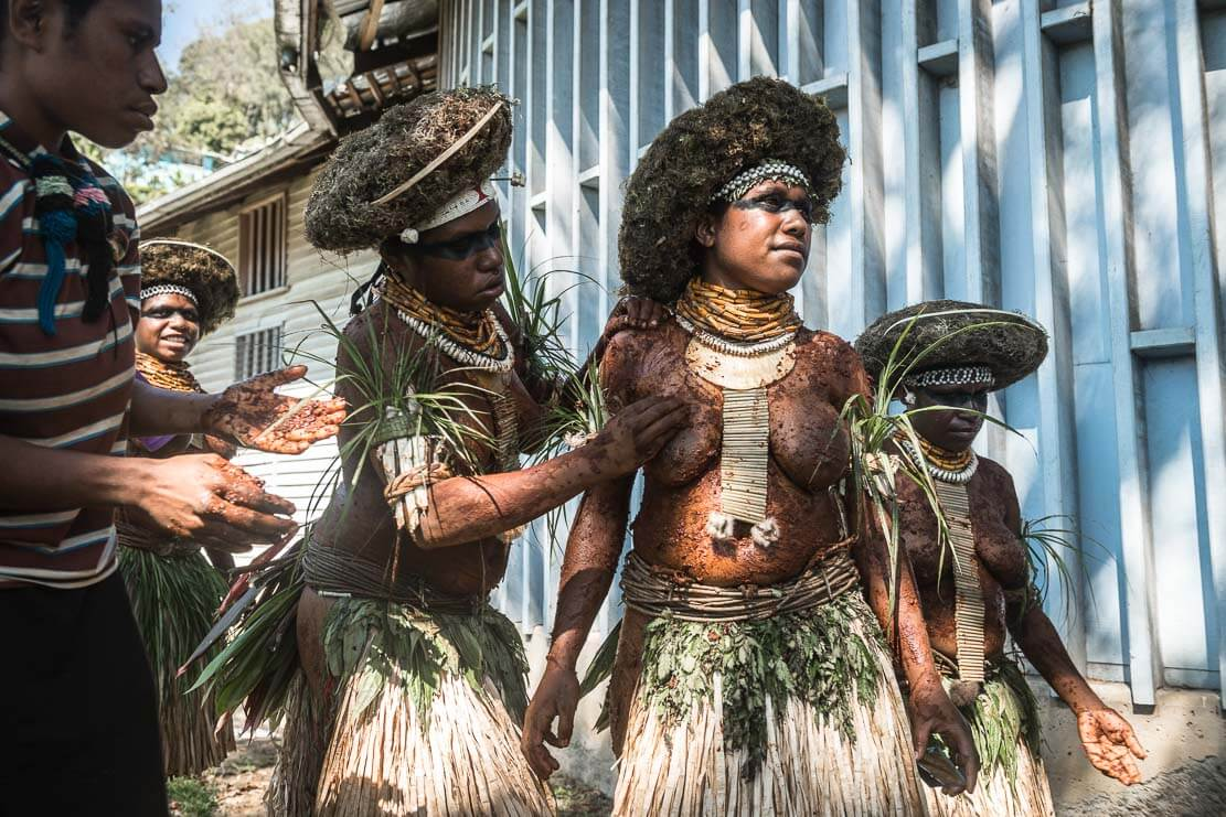 Papua New Guinea festivals: sing sing groups getting ready for Enga Cultural Show in Wabag