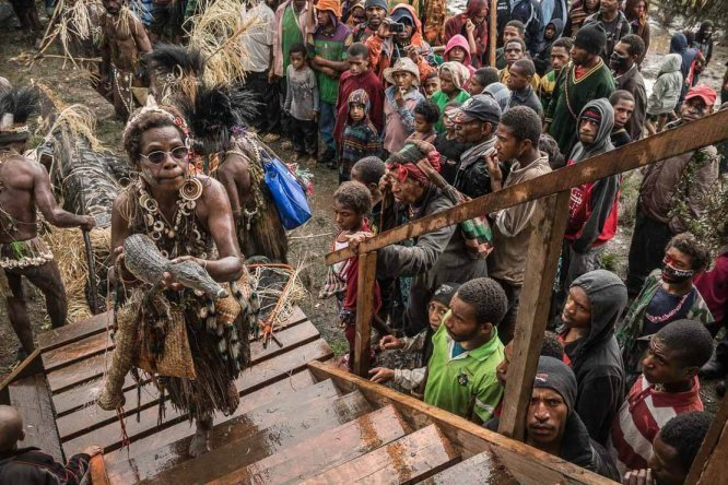 Papua New Guinea festivals: Sepik tribes presenting gifts to Enga Provincial Governor Sir Peter Ipatas