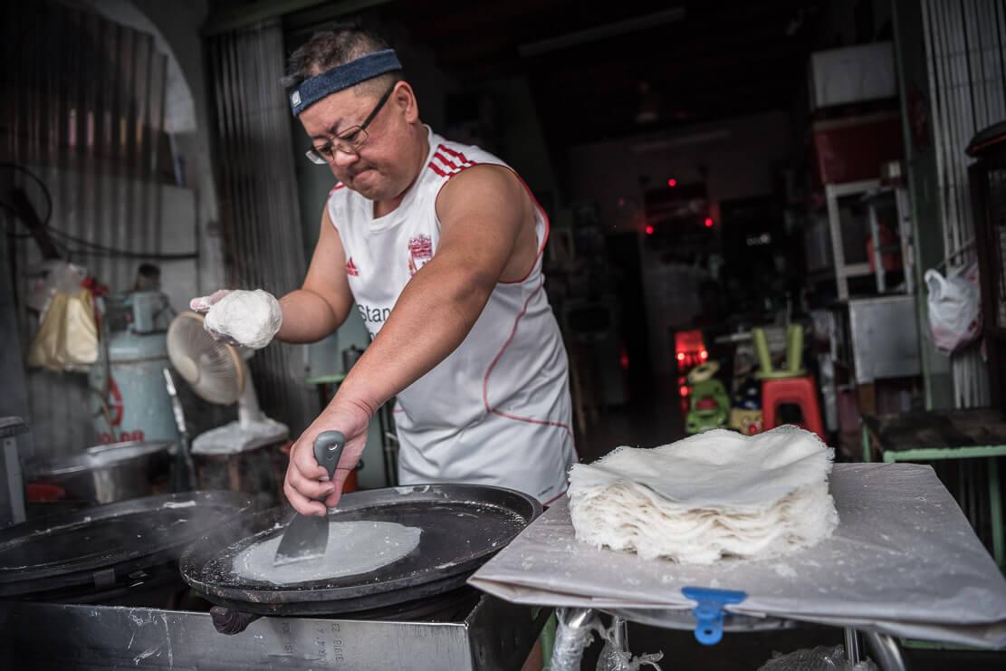 Gary Lim making famous popiah skin